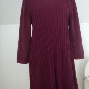 Skøn tunika i bomulds/akryl-strik med masser af stræk i pga. læg/rib i det bløde materiale. Brystvidde 100-120, længde 84. A-facon. 3/4 ærmer.