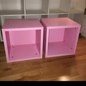 2 lyserøde Bogkasser 40.40 og 35 dybe sælges samlet.De er robuste og meget flot stand.