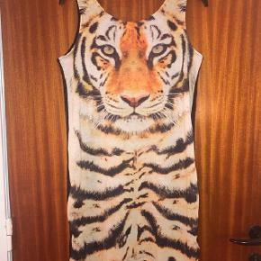 H&M kjole med tigerprint str 170 cm Sendes for 37 kr