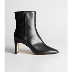 Flotteste læder ankelstøvler fra & Other Stories. Kun gået med én enkel gang. Kan fortsat købes til fuld pris i butikkerne.   Np 1150,- | Sælges billigt og for 700,- alene fordi jeg ikke får dem brugt.