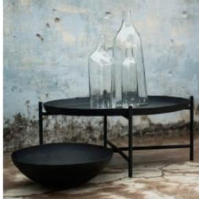 Limited edition SVÄRTAN bakkebord i matte sort, nypris var 60 dollars ca.450 kr. Kan bruges indørs og udendørs, som support bord eller sofa bord. Meget pænt og nemt at flytte rundt. Sælger fordi vi har købt en anden sofa bord.   Diameter: 72 cm  Højt: 29 cm