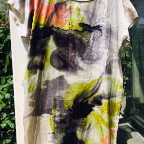 Lækker tunika, kjole med flot mønster foran og ensfarvet bagpå