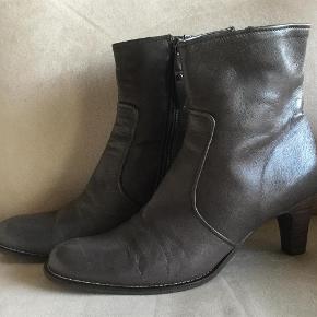 Varetype: Støvler Farve: Grå Oprindelig købspris: 1499 kr. Prisen angivet er inklusiv forsendelse.  Meget flotte og klassiske støvler fra Billi bi, passer til alt og alle lejligheder. Hælhøjde 7 cm. Brugt 2 gange. Sender meget gerne flere billeder af disse smukke støvler!!