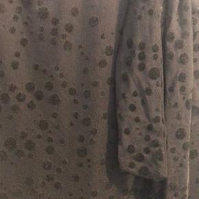 Flot sot nederdel med velourprikker. Den har et bindebånd i toppen :)