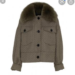 Jeg sælger min meotine jakke, udelukkende fordi jeg ikke får den brugt. Den fremstår stadig flot og velholdt. Pels medfølger. Str. M/L