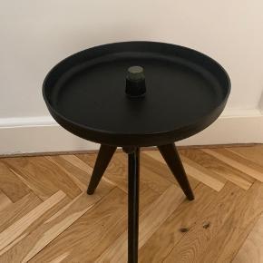 MENU Sort bakkebord hvor bordet/Bakken kan vendes om.m ( se billeder). Træben og plastic bakke.