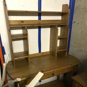 Bureau ikea, bon état il y a 2 petits tiroirs en plus qui se fixent sur la partie murale dans les grands «trous»