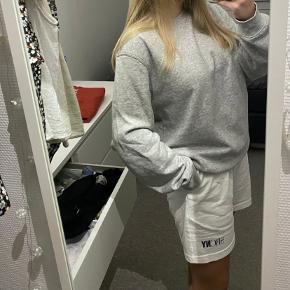 Sød grå sweater fra weekday (mener at den er fra hjerteafdelingen). Den kan både passes en M og L alt efter hvordan den skal sidde. Er selv en Medium.  Den er brugt omkring 3 gange:)