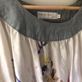 Super fin tunika/ kjole i 100 % silke. Den er lækker at have på og let og luftig