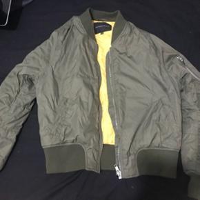 En god bumper jakke, men lækre detaljer, såsom en lomme på ærmet og er gul indvendig. Den er brugt utrolig få gange. Jeg købte den engang på Na-kd. Jeg mener at jeg gav omkring 300 for den.    Byd gerne!