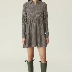 Super flot kjole fra Ganni's nyeste kollektion. Har aldrig været brugt, mærket sidder stadig i.