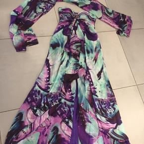 Den smukkeste Jovani kjole i 100 % Silke.  Nyprisen var 4500kr men har desværre aldrig været brugt. Prismærket er desværre taget af. Det er en size 6.  Købt i USA