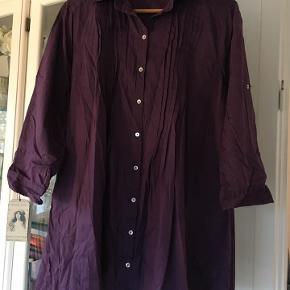 sød lilla bomuldsskjorte str. 42 fra Units 100 % bomuld  næsten som ny bud fra 50 kr + evt. forsendelse   *Handel kan foregå kontant, via TS, bankkonto & Mobilepay*