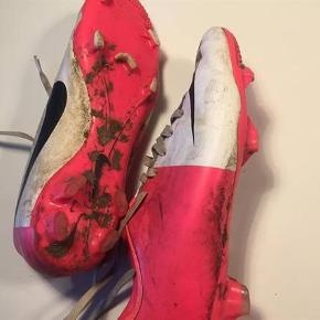 Fodboldstøvler, Nike, str. 39 Klassiske fodboldstøvler hvor jord og græs følger gratis med :-) Brugt en sæson, lille i størrelsen som Nike altid er :-)