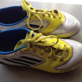 Varetype: Fodboldstøvler Størrelse: 33 Farve: Se  Flotte, men brugsspor fra en sæson. De måler 20 cm. indvendigt.