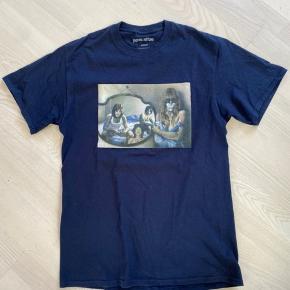 Rigtig fin t-shirt købt i Supreme-butikken i London. Logo med Kiss & Mick Jagger. Brugt meget få gange.