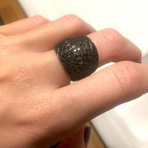 Super fin ring fra Sif Jakobs med sorte zirkoner. Str er omkring 60, min langefingers omkreds er nemlig 6 cm :)  Jeg fik den i fødselsdagsgave nogle år siden, men jeg har aldrig brugt den desværre, da jeg ikke går med så mørke smykker.   Nypris var 1.599,- og jeg har stadig kvittering.