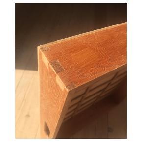 Tapsamlet trækasse med indbygget opbevaring. Kan bruges som bakke eller til opbevaring af diverse fx. hobbyting, køkkengrej, badeværelsesartikler osv. Den har en række med plads til ting i kuglepen-størrelse.  Har i alt 4 trækasser, se andre annoncer.