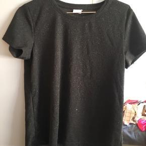 Fin trøje med glimmer fra JDY i str. L.  Kun brugt én gang, god som ny.  Køber betalt fragt med DAO.  Bytter ikke.  Giver rabat ved køb af flere ting.