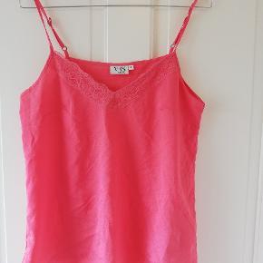 Sød pink top med blonde-detalje. Uden mærke, dog aldrig brugt. Tager ikke billede af tøjet på. 🌺