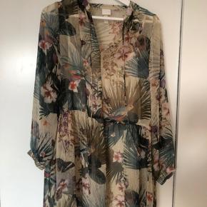 Fin sommerkjole fra H&M med blomsterprint. Kjolen er en str Xxs men kan også sagtens passes af en str Xs og S. Den er brugt meget få gange og er derfor i rigtig fin stand