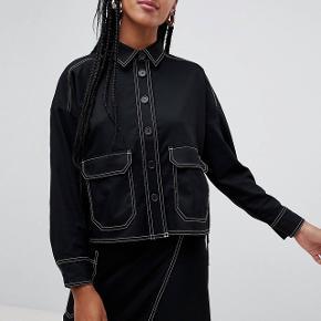 """Monki skjorte med """"contrast stitching""""Passes af en medium og small Nypris 300kr, brugt få gange"""