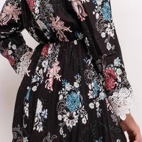 Helt ny kjole købt for lille på nettet. Der står størrelse S/M. Men er mere en str. S En pige på 15 + kan også passe den. Ny prisen er : 169 kr