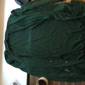 Pisse fin cardigan / bluse fra Won Hundred. I uld, grøn / mørkegrøn, med lommer og jeg kunne blive ved.