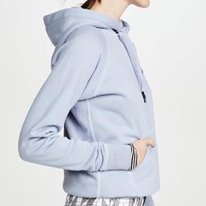 Isabel Marant Etoile klassisk Malibu sweatshirt i str.40 (fransk) i en smuk lyseblå farve. Den er aldrig brugt og er stadigvæk med mærke og stofnet fra butikken medfølger.  Respekter venligst at jeg ikke bytter og køber betaler porto samt gebyr ved tspay!