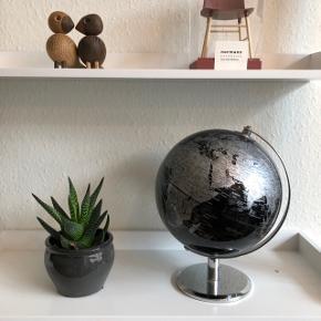 Fin globus i sort/sølv, 20 cm i diameter. Ubrugt og stadig i original emballage, nypris 399, byd gerne 🌟