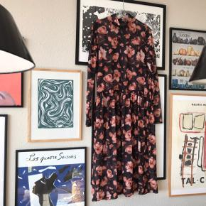 """Smuk kjole i mesh 🌸 sort med orange blomster og i smuk stand, har dog lidt """"elastik"""" der er løbet på ærmerne, men det ses ikke i brug. Brugt 2 gange. Midi længde, jeg er 163 og har den på på sidste billede 💫 gennemsigtig, man kan med fordel have en underkjole under 🧡 fra Pieces i str. M   Bemærk - afhentes ved Harald Jensens plads eller sendes med dao. Bytter ikke 🌸  💫 Kjole maxikjole blomstret blomster orange brun fersken peach mesh maxi midi"""