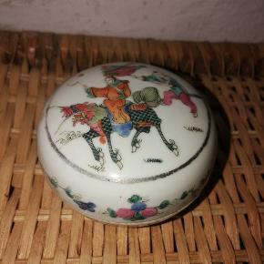 Fineste, ældre, kinesiske bonbonniere i porcelæn. Pæn stand uden skår.