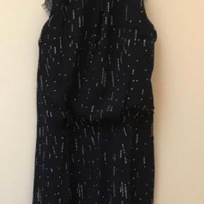 Super flot lang kjole med blonderyg. Aldrig brugt og nypris var 1000kr. Bytter ikke