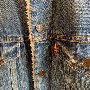 Skøn blød denim jakke med for, trykknapper og inderlomme. Brugt, og ses på for. Dog fin stand og uden pletter eller huller.