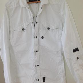 Fed skjorte/jakke fra G-Star sælges billigt. Mange fede detaljer. Prisen er incl. DAO fragt. Brystmål 2 x 53 cm  Skjorte Farve: Hvid