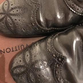 """Varetype: Sko Farve: Grålig, Sort Oprindelig købspris: 2799 kr. Prisen angivet er inklusiv forsendelse.  Lækre louis vuitton sko. Anvendelig til suite eller hverdags chinos. Fremstår med brugsspor. Har legenderiske """"blomst"""" på forfoden. Farven er som på billedet. Kasse og dustbag medfølger"""