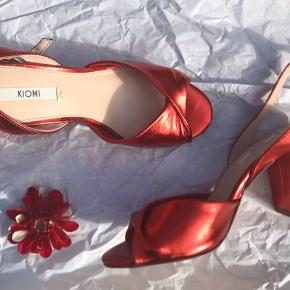 Virkelig smukke sko, de passer perfekt til julen og andre festligeanledninger. De er aldrig blevet brugt og har ingen skader, de ser stortest ud som nye. Original æske medfølger.