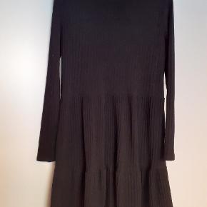 Fin strikkjole. Blød og behagelig at have på. Længde ca 90 cm.