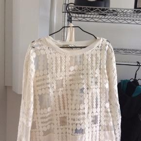 Meget fin bluse , der er tilhørende top under , farven er råhvid og str 44