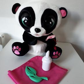 Yo Yo The Panda fra Club Petz.Leget med max 5 gange. Nsn.  10 forskellige lyde. Drikker af flasken, griner, hikker og meget mere Ny pris 599. Sælges for 150 kr.