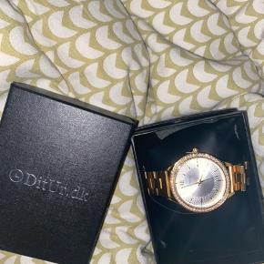 Sælger dette guld ur, som aldrig er blevet brugt!  Derfor er der ingen batterier med til dne, og den mangler at blive justeret 😄