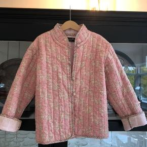 Kirsten van Hauen Design i Hellerup. Har fået denne jakke skræddersyet til min datter. Syet i Rosa Liberty med velour for.  Brugt relativt lidt. Perfekt stand. Nypris: kr 1000,-  Køber betaler evt porto og gebyr. Handler gerne mobilepay.