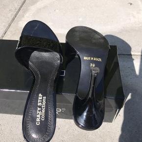 Mules, slippers i sort lak 6 cm hæl  Made in Brazil
