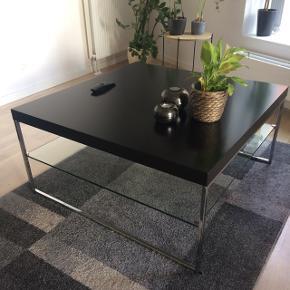 Sofabord med glas hylde. Mål: 91,5x91,5x44