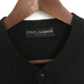 Brand: Dolce & Gabbana Varetype: Dolce & Gabbana Strik Størrelse: 46 Farve: Grå Oprindelig købspris: 4.500 kr. Kvittering haves. Skal afhentes i København K  Luksuriøs og lækker grå strik fra Dolce & Gabbana.  Størrelse 46. Fitter slim og har en perfekt pasform til en størrelse small. Cashmere silk blend som gør den usædvanlig lækker at have på. Rund hals med 3 knapper. Rib strik som giver den et sculptured look på kroppen. Super lækker og luksuriøs i materialet.  Fremstår i perfekt stand. Sælges i perfekt købt stand med original tag samt kopi af kvittering.  Nypris 4.500kr Sælges for 1.800kr