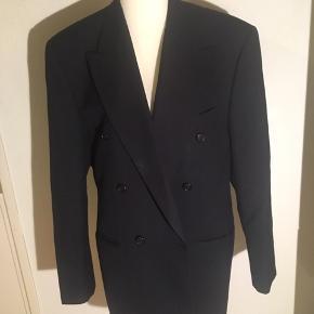 Ukendt mærke blazer i virkelig god kvalitet - tyk i stoffet og med brede skuldre - en oversize boyfriend fit blazer.