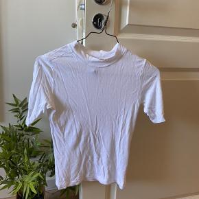 Lækker, tætsiddende t-shirt fra mærket COLLUSION. Aldrig brugt.