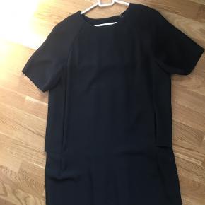 Fin Black dress fra COS med fine detaljer bagved 🖤
