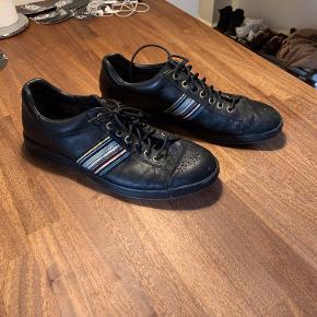 Fin Paul Smith sko i læder med masser af detaljer (læder indgraveringer og mønster).   Tilbyder mængderabat, hvis man køber flere af mine ting, da jeg flytter til udlandet :-)