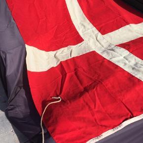 Vintage Dannebrog i uld fra Dahl's Flagfabrik med messingsvirvel i top og 50 cm Line i bund.  Ægte Dannebrog rød med original naturfarvet uld til kors. Bemærk at ulden er ubleget og derfor fremstår råhvid.  Flaget er skredet en anelse i de yderste hjørner som nemt kan repareres. Kan ikke ses på afstand.  Mål: 155 x 225 passer til en flagstang på 7-8 meter.  Nypris: 1565,-